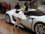 Китайские девушки на автомобильной выставке